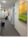 Gang zu den Arztzimmern mit Bildern