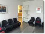 Das Wartezimmer mit Stühlen